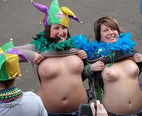 tits flashing à Mardi-Gras